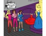 Barbie mirando vestidos
