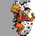 Superhéroe rompiendo una pared